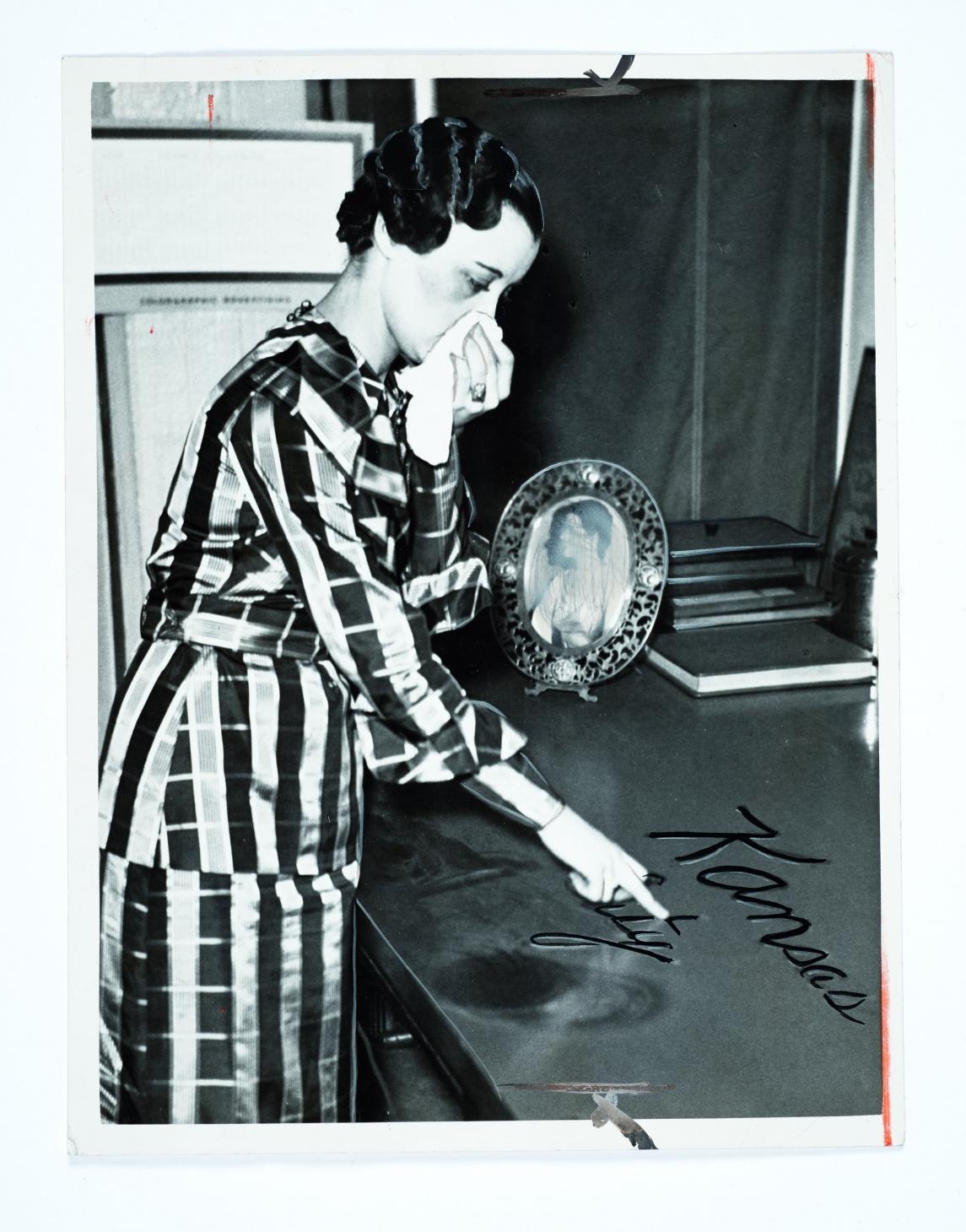 Après une tempête de poussière, une femme écrivant dans la poussière, Kansas City, 1935, Photo de presse.  Photographe inconnu